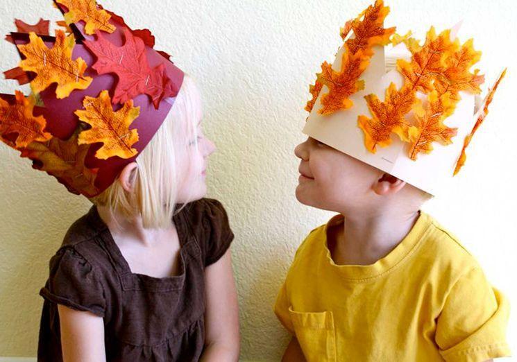 Корона из бумаги и осенних листьев