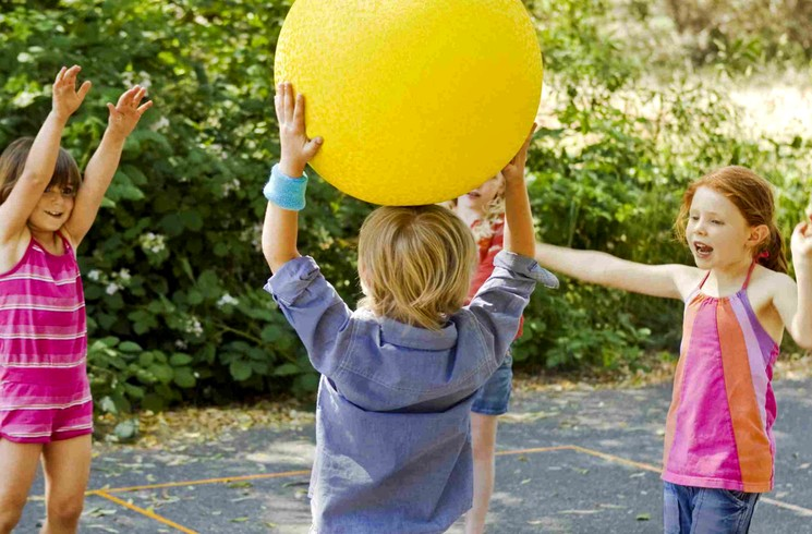 Детская игра с мячом - 100 очков