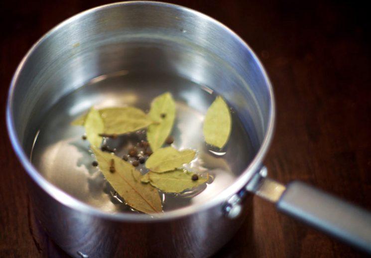 Добавляем в маринад лавровый лист и перец