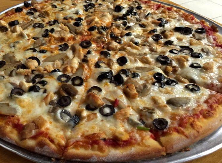 Домашняя пицца с курицей и огурцами