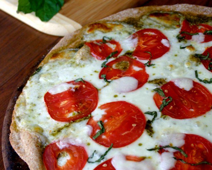 Домашняя пицца с моцареллой и помидорами