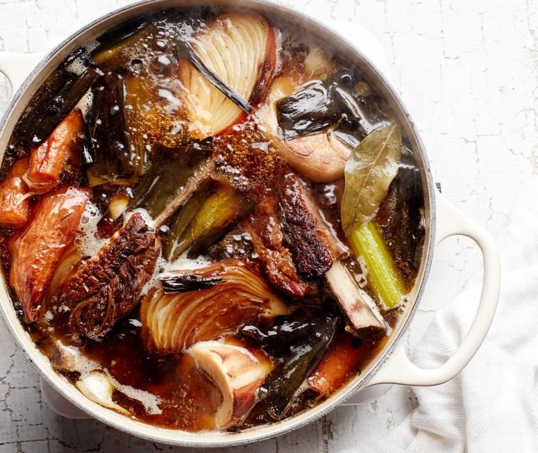 Как готовить говяжий бульон с морковью и сельдереем