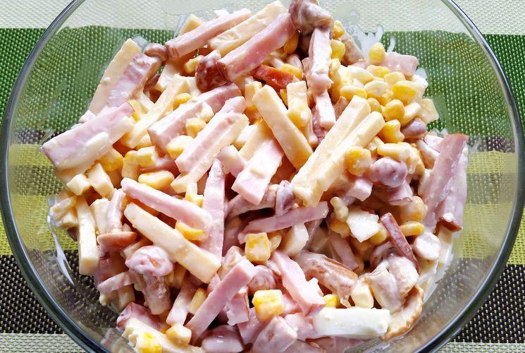 Готовим простой и вкусный салат с ветчиной