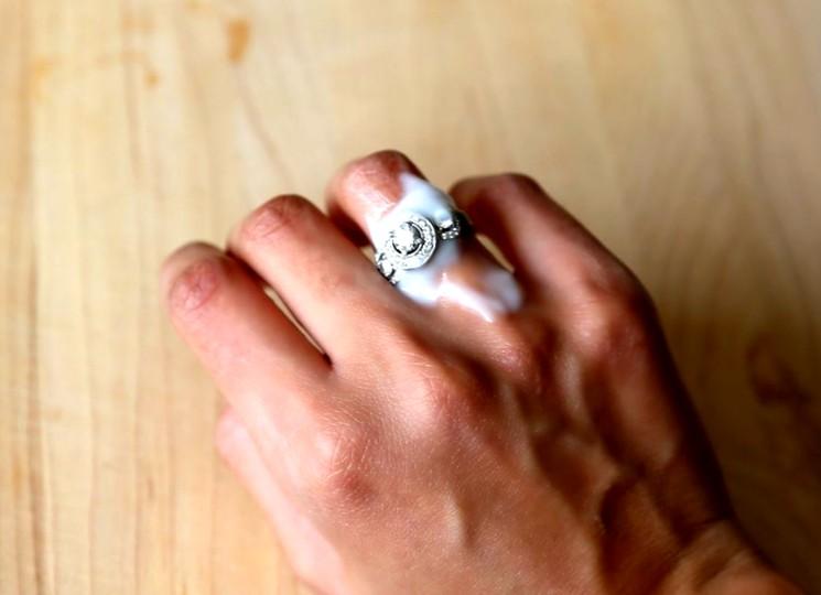Как снять кольцо с пальца при помощи мыла, жира или масла