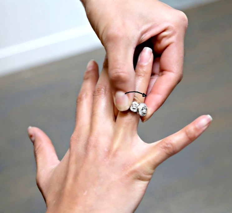 Чтобы снять кольцо с пальца нужно охладить палец и подержать руку поднятой