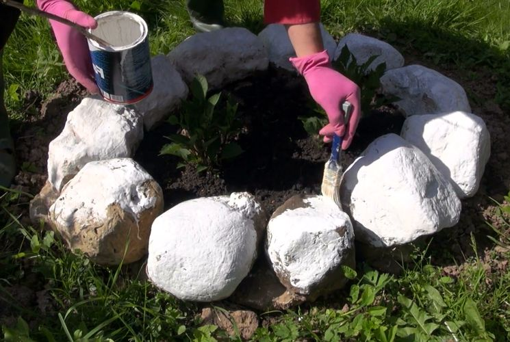 Простое решение оформления клумбы в саду