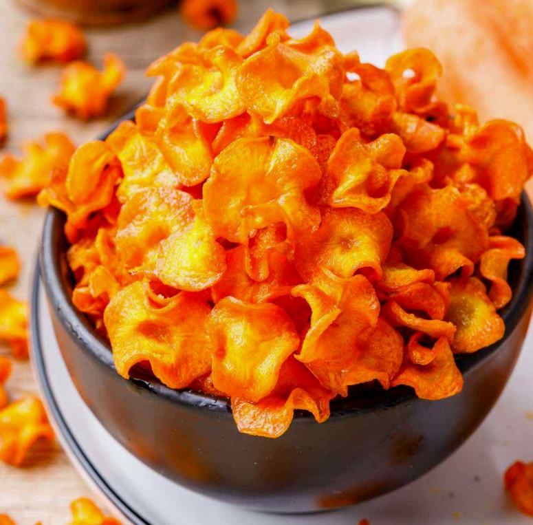 Запечённые в духовке чипсы из моркови - простой рецепт