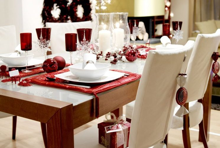 Новогодний стол в красно-белых тонах