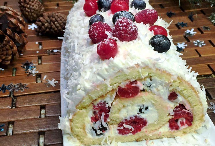 Новогодний торт рулет Ягоды на Снегу