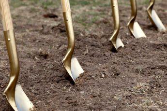 Нужно ли перекапывать осенью землю в огороде