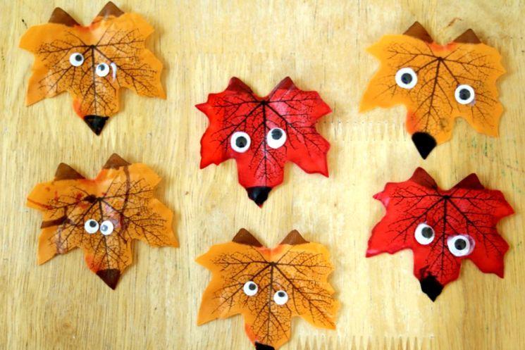 Лисята из осенних листьев