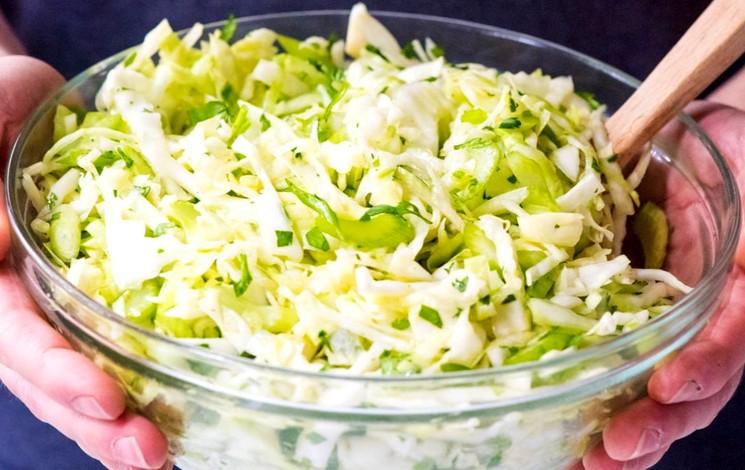 Простой рецепт быстрого салата из капусты с огурцами