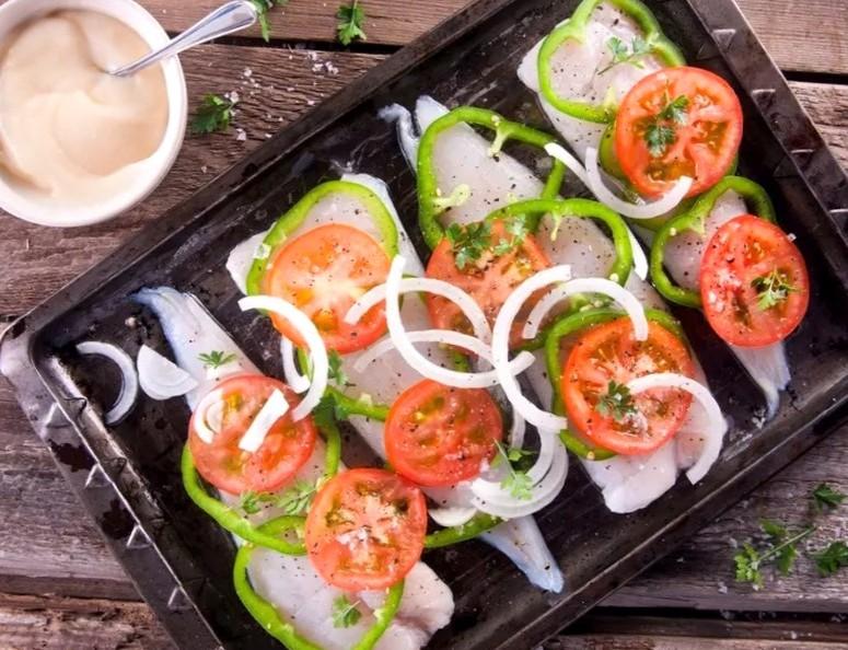 Рецепт запечённого хека с овощами