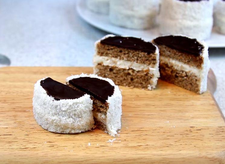 Бисквитные пирожные с шоколадной глазурью