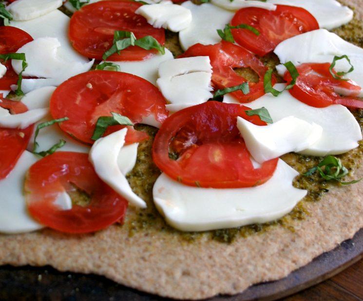 Рецепт домашней пиццы с моцареллой и томатами