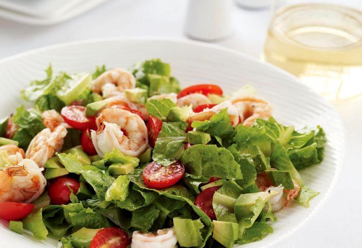 Простой рецепт салата с креветками и томатами