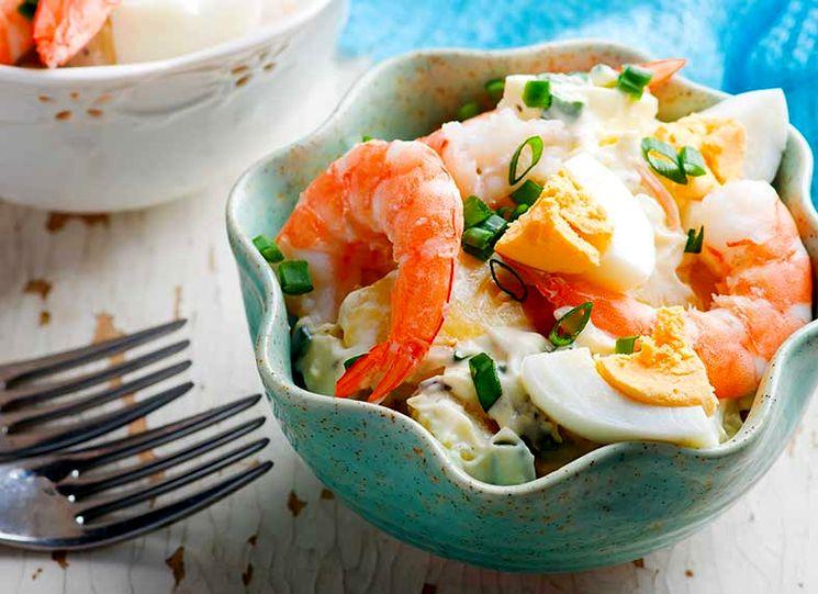 Рецепт салата с креветками и яйцом
