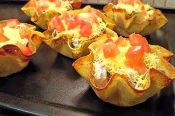 Порционный салат в корзинках из блинчиков