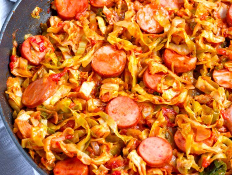 Рецепт тушеной капусты с сосисками