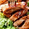 Тёплый вкусный салат с курицей и кунжутом