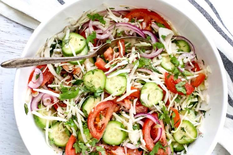 Салат из свежей капусты с огурцом и томатом