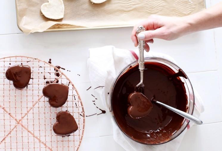 Шоколадные конфеты с кокосом в форме сердца