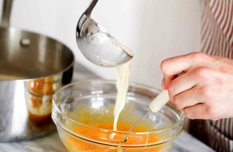 Сливочный соус с сыром, яйцами и чесноком