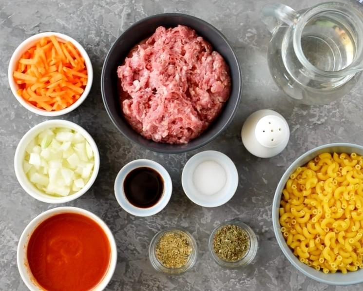 Ингредиенты для приготовления макарон с фаршем и подливкой