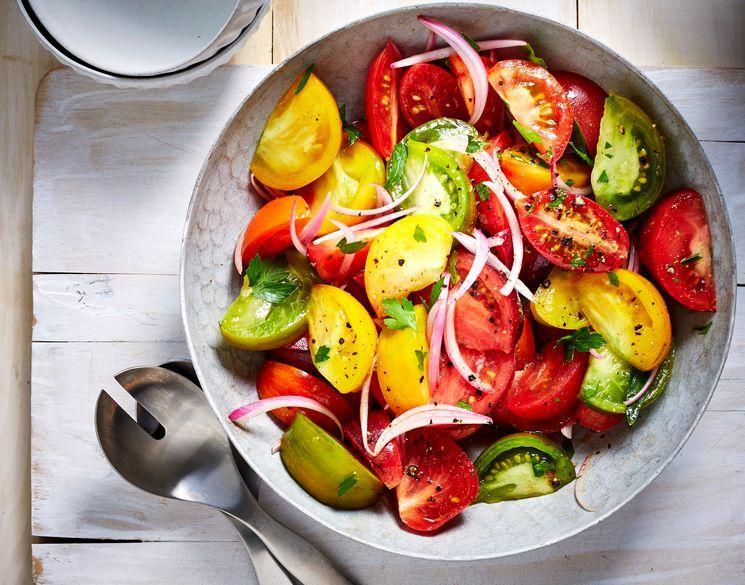 Приготовление закусочного салата с томатами